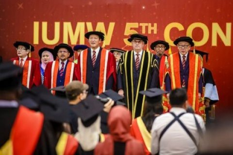 Malay Wales University in graduate vaanee hunaruveri vegen