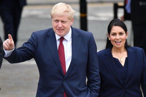 Home Secretary Priti Patel maqaamun vaki kuravvan boduvazeeru Boris Johnson dhekolhu hadhdhavaifi